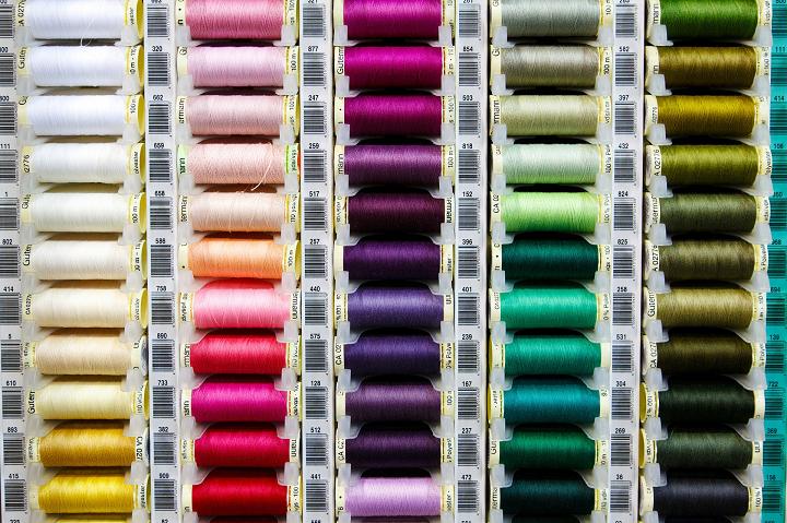 色別に分けられた糸